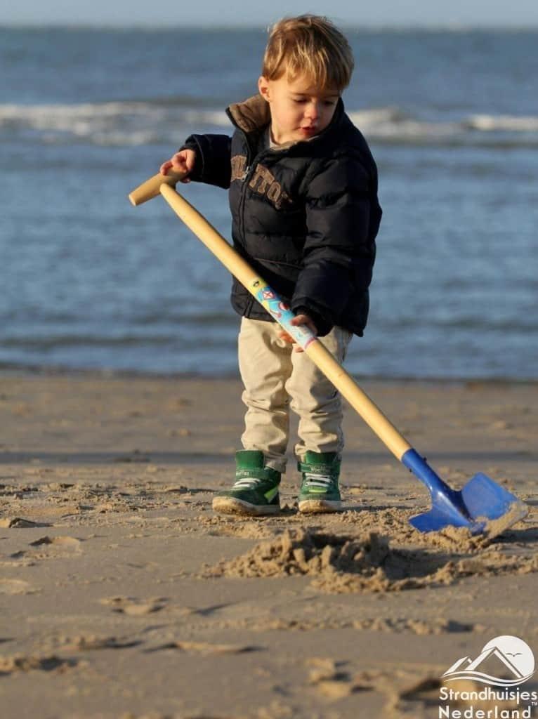 Eindeloos graven op het strand van Hoek van Holland