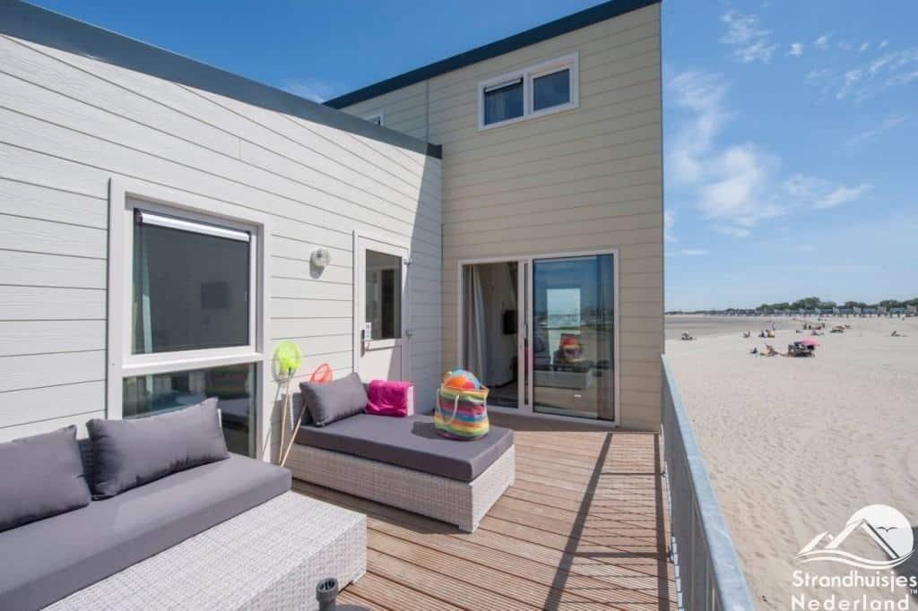 Terras met loungeset Kamperland strandhuisjes