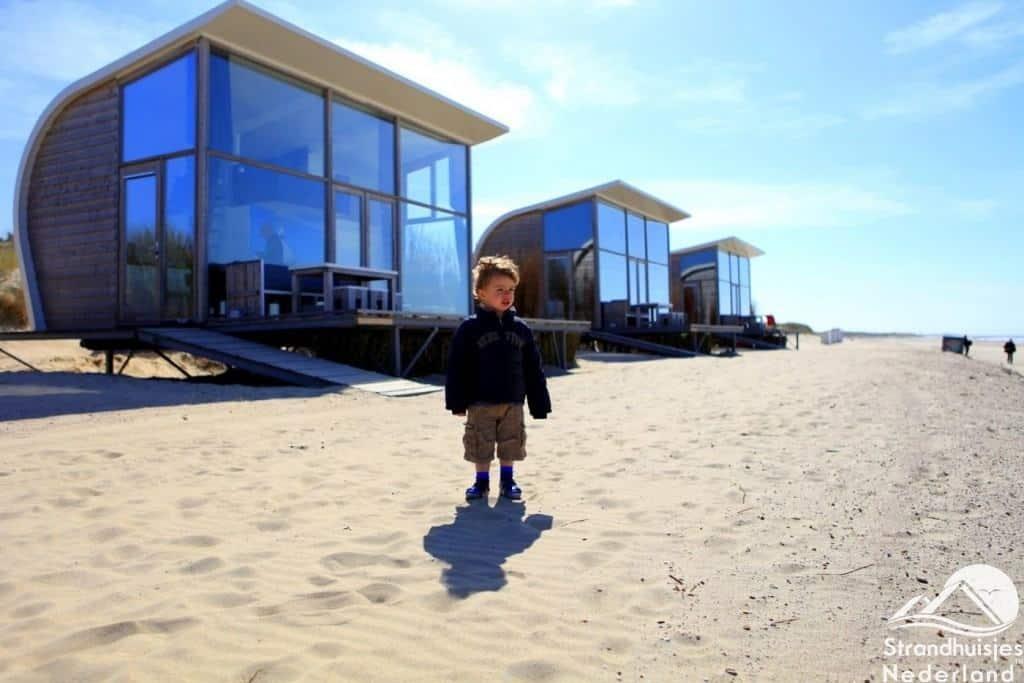 Groede strandhuisjes staren naar de zee