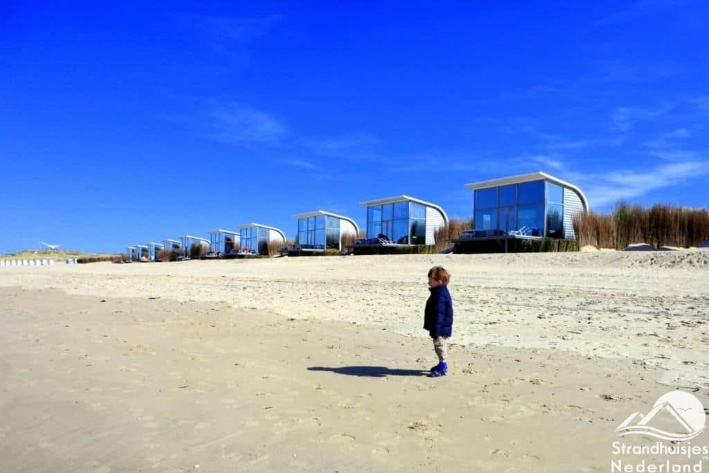 Mooi breed strand bij strandhuisjes Groede