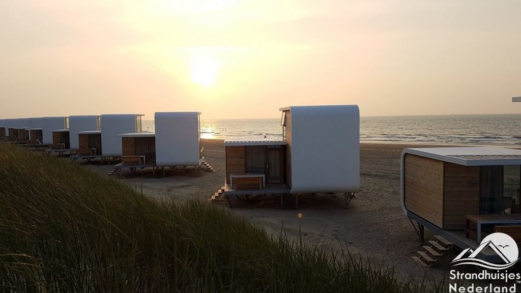 Zonsondergang strandhuisjes Nieuvliet