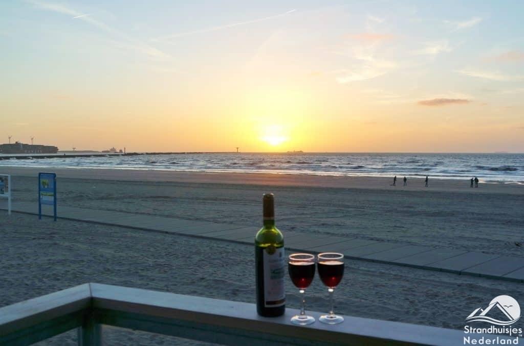 Rode wijn strandterras strandhuisje Hoek van Holland