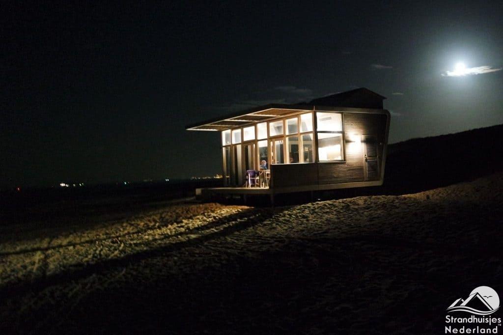 Strandhuisje Cadzand in de avond 2