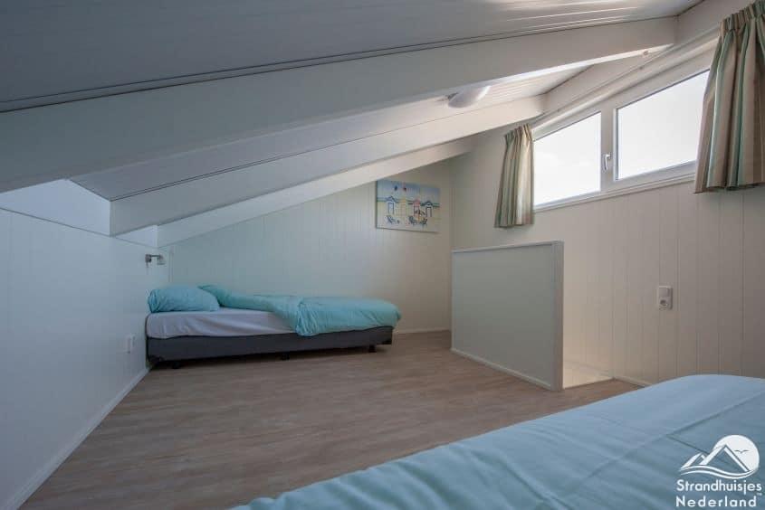 Slaapkamer boven 6-persoons strandhuisje