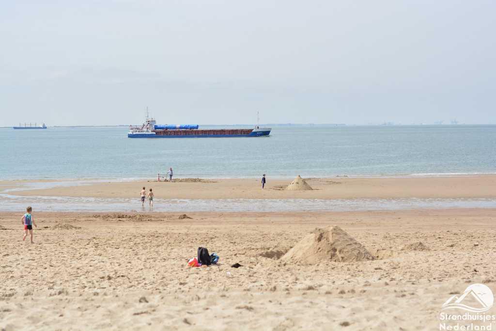 Grote zeeschepen varen vlakbij in Vlissingen