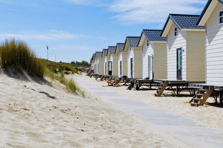 Achterterras strandhuisje Breezand