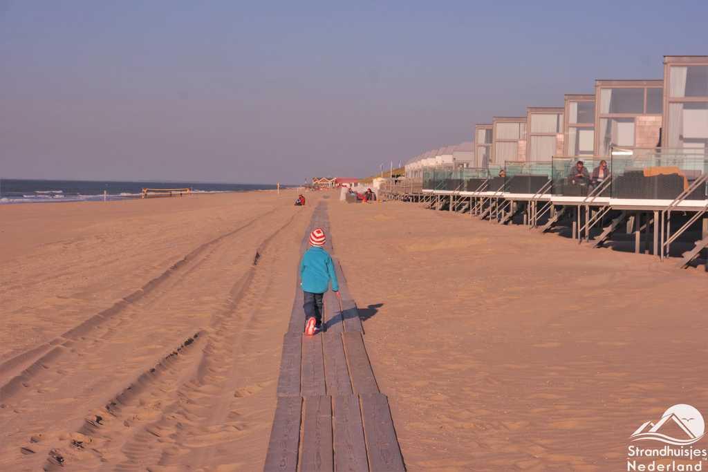 Houten plankier voor strandhuisjes