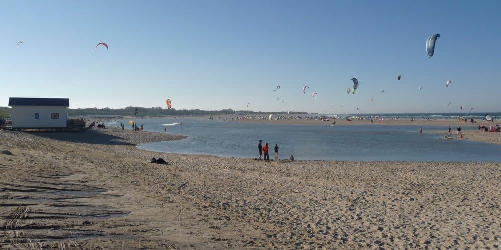 Kitesurfers strandhuisjes Breezand