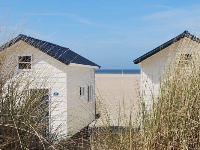 Strandhuisjes Breezand vanaf de duinen