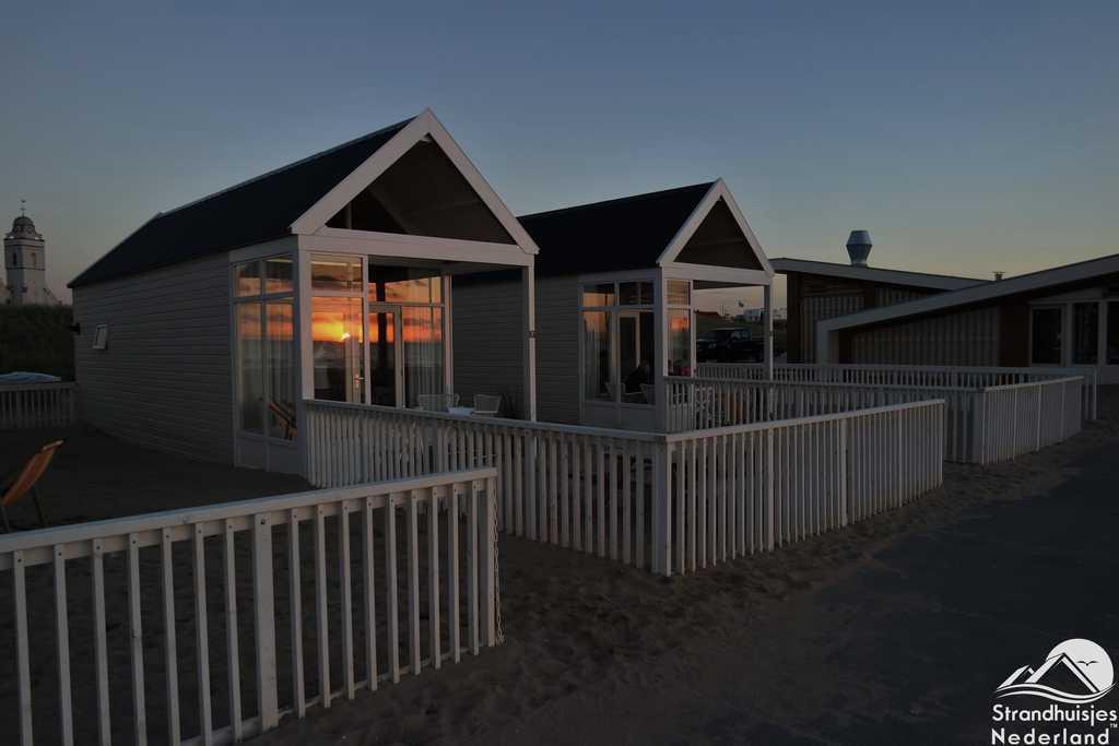 Zonsondergang strandhuisje Katwijk
