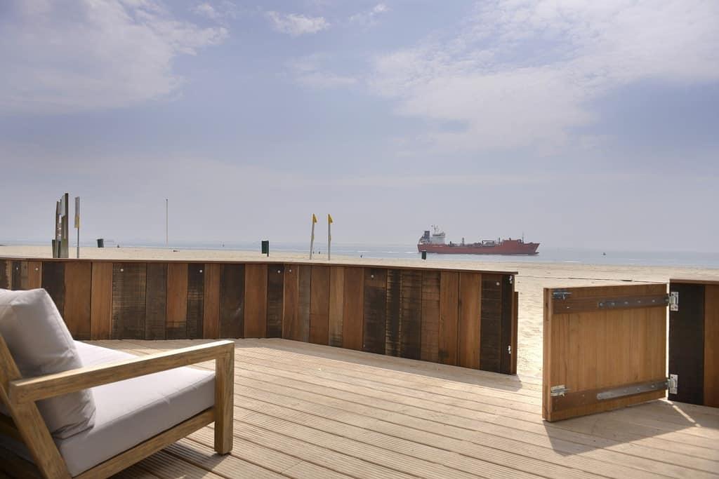 Strandterras met zicht op Noordzee