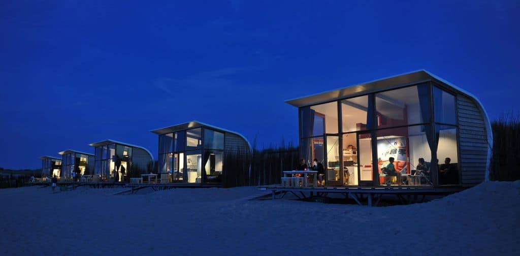 Strandhuisjes Groede in de avond