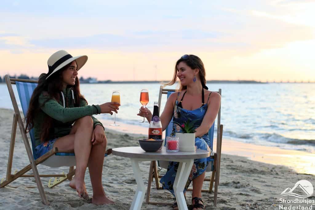 Proosten tijdens de zonsondergang bij strandhuisjes Kamperland.